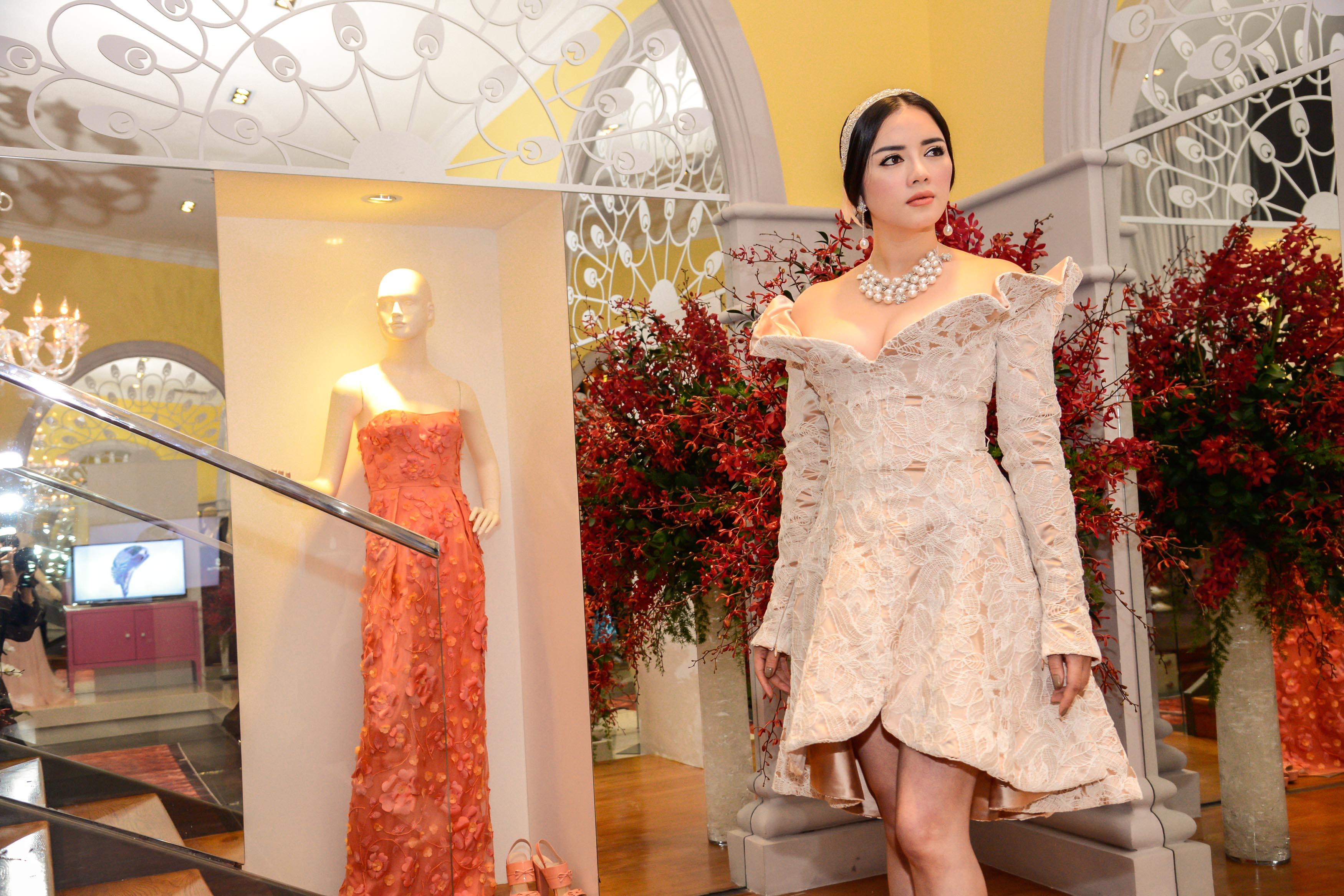 Lý Nhã Kỳ diện trang sức gần 3 tỷ làm vedette trên sàn catwalk