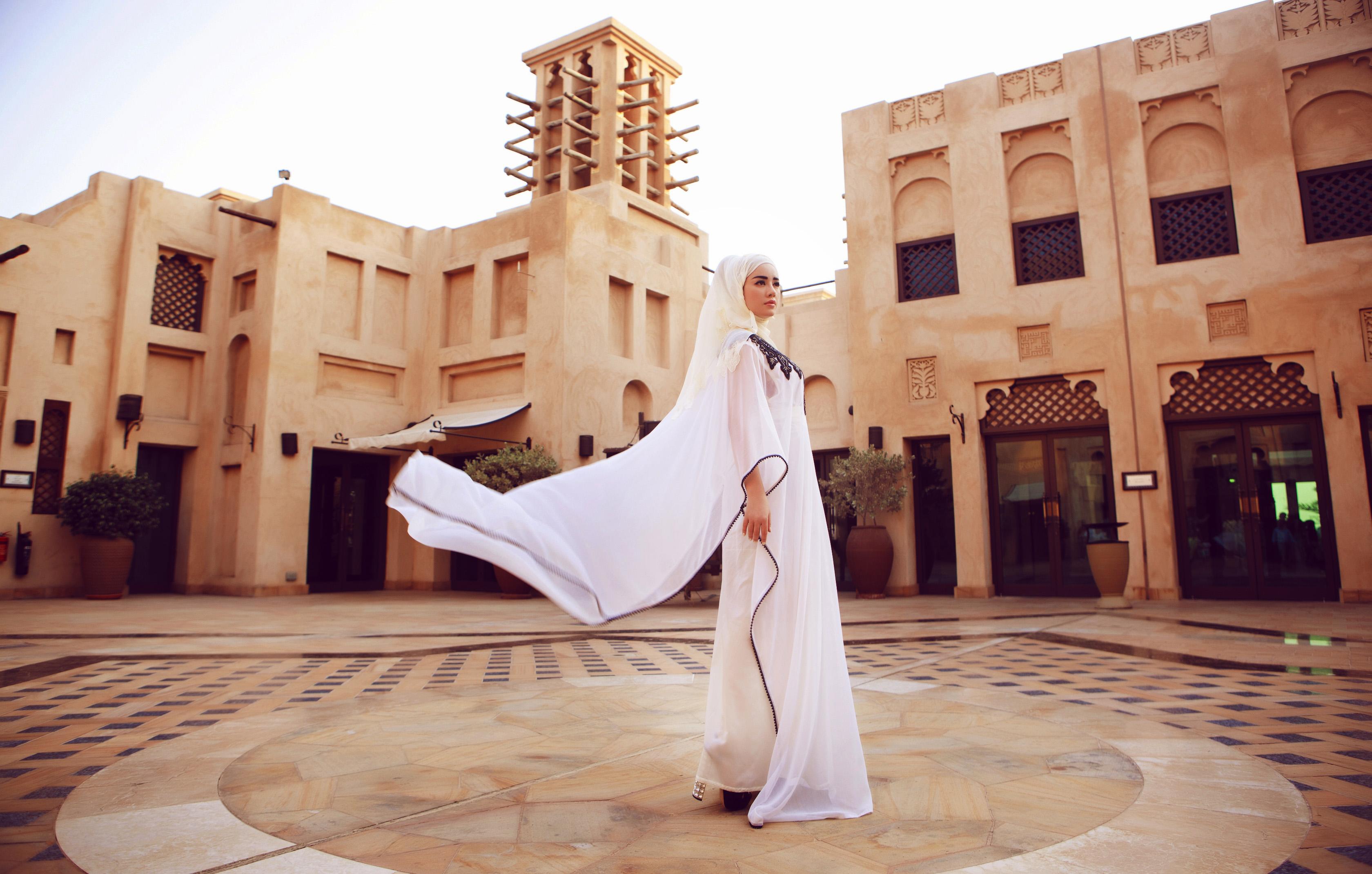Lý Nhã Kỳ đẹp hút hồn trong trang phục phụ nữ Hồi giáo