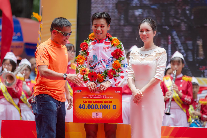 Lý Nhã Kỳ trao giải đua xe đạp TPHCM