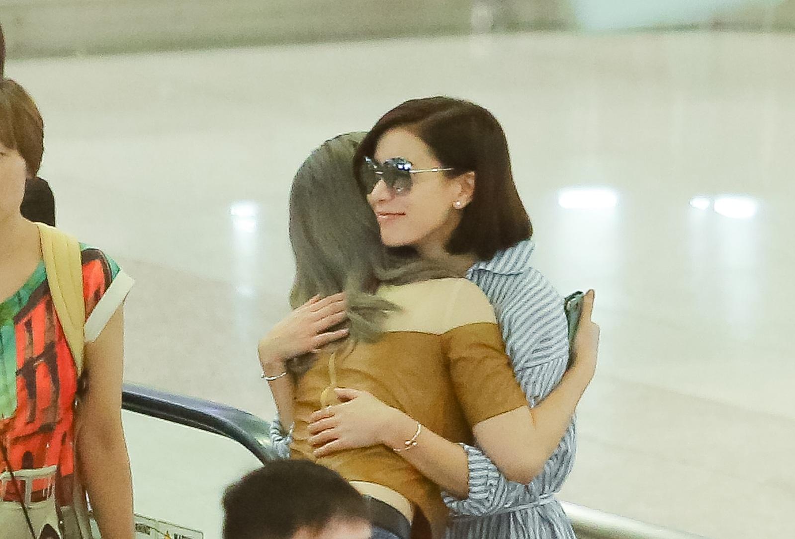 Lý Nhã Kỳ - Xa Thi Mạn ôm nhau thắm thiết khi hội ngộ