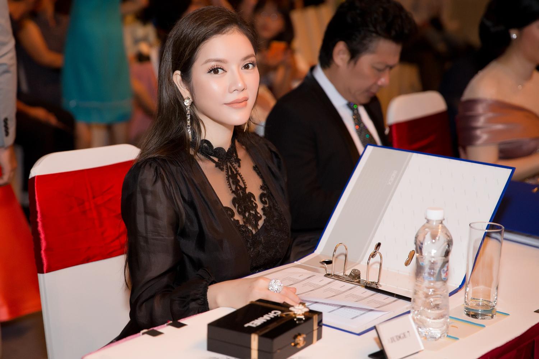 Lý Nhã Kỳ đẹp kiêu sa và quyền lực đi chấm bán kết Hoa hậu Hoà bình Quốc tế