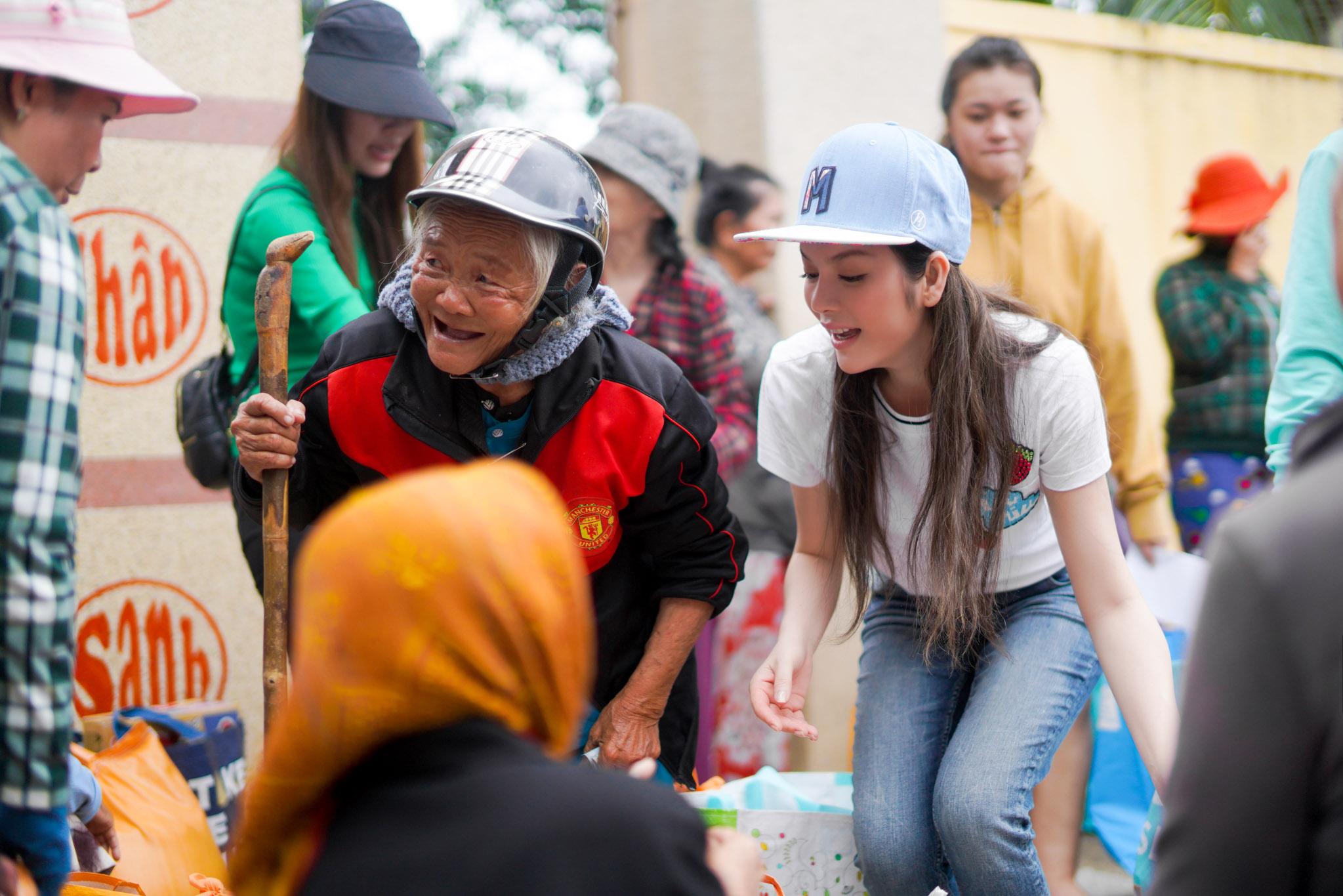 Lý Nhã Kỳ giản dị mà vẫn rạng rỡ trong chuyến từ thiện ở Khánh Hòa