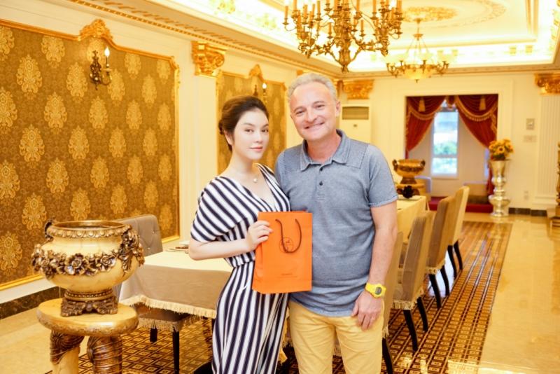 Gia đình nhà sản xuất phim Marc Missonnier đón Tết cùng Lý Nhã Kỳ tại Việt Nam