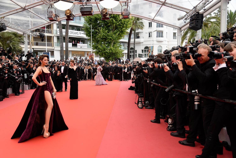 LHP Cannes ngày 3: Lý Nhã Kỳ quý phái trong sắc màu 'oải hương'