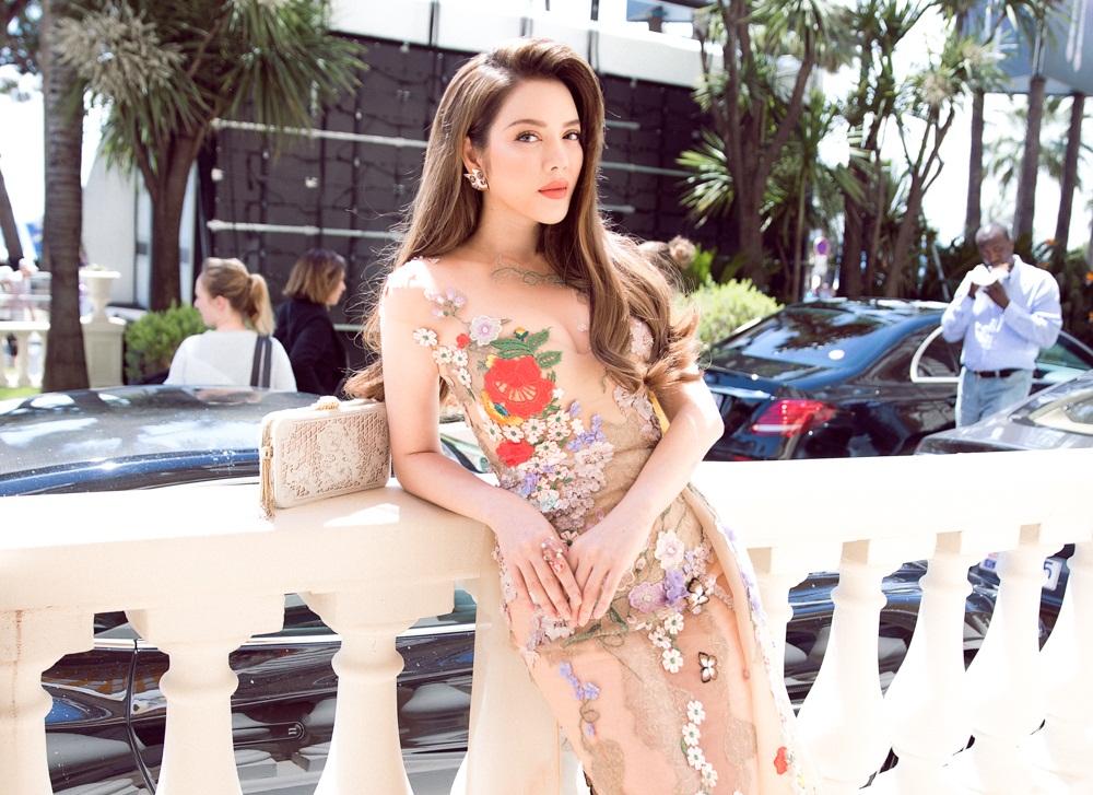 Lý Nhã Kỳ lại làm say lòng người trong trang phục nhà thiết kế Việt Nam